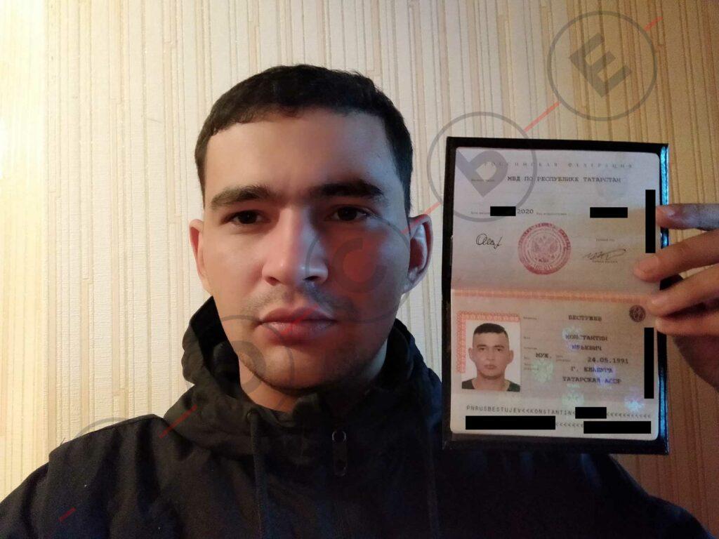 Вадим Майоров с новым паспортом. Центр «Досье